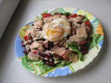 Sałatka z boczkiem, czerwoną fasolą i jajkiem