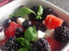 Sałatka z borówkami i jeżynami, fetą oraz arbuzem