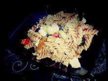 Sałatka z brązowego makaronu i warzyw