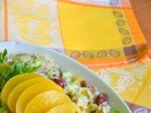 Sałatka z brązowego ryżu i brzoskwiń