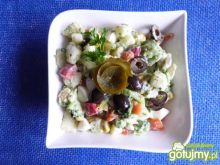 Sałatka z brokuła z oliwkami i papryką