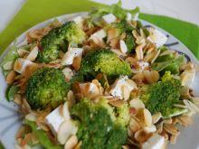 Sałatka z brokułami, fetą i migdałami