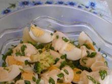 Sałatka z brokułami i sosem czosnkowym
