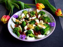 Sałatka z brokułami, mozzarellą i jajkiem