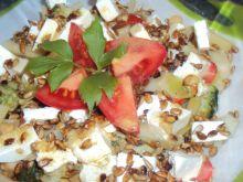 Sałatka z brokułem fasolką szparagową, ciecierzycą