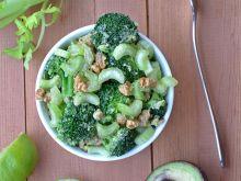 Sałatka z brokułem i selerem naciowym