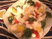 Sałatka z brokułem, jajkiem i papryką konserwową