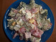 Sałatka z brokułem, pomidorami i jajkami