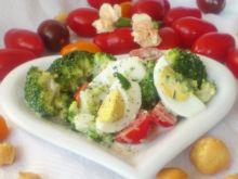 Sałatka z brokułem, pomidorkami i dressingiem
