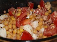 Sałatka z ciecierzycy i kukurydzy