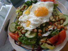 Sałatka z cieciorką i sadzonym jajkiem