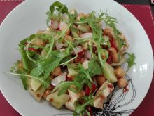 Sałatka z cieciorki z suszonymi pomidorami i serem