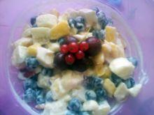 Sałatka z czarnej porzeczki nektarynki i bananów