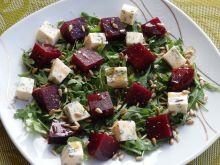 Sałatka z czerwonym buraczkiem i serem pleśniowym