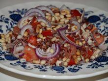Sałatka z czerwonym ryżem i orzeszkami piniowymi