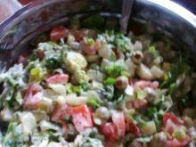 Sałatka z dodatkiem oliwek i majonezu