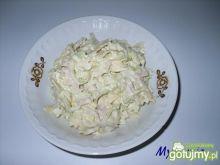 Sałatka z farfalle, serem i szynką