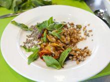 Sałatka z farro, pieczoną marchewką, pistacjami i rukolą