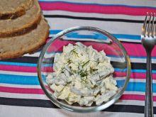 Sałatka z fasolką i serem żółtym