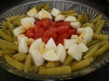 Sałatka z fasolki, jajek i pomidorów