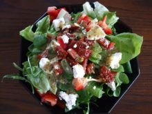 Sałatka z fetą i suszonymi pomidorami