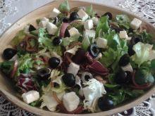 Sałatka z fetą, oliwkami i czerwoną cebulą
