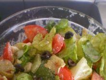 Sałatka z fetą, pomidorami i sałatą