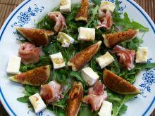 Sałatka z figami, szynką i camembertem  na rukoli