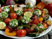 Sałatka z grillowanych warzyw z serowymi kulkami