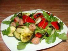 Sałatka z grillowanymi warzywami i kiełbaską