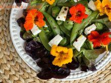 Sałatka z groszkiem cukrowym i kwiatami nasturcji