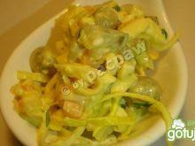 Sałatka z groszkiem, jajkiem, marchewką