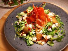 Sałatka z gruszką karmelizowaną i gorgonzolą