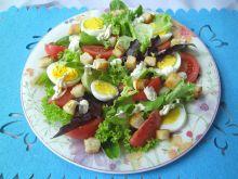 Sałatka z grzankami, jajkiem i pomidorami
