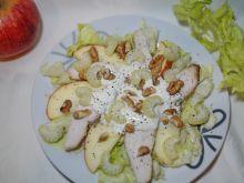 Sałatka z jabłkiem i orzechami