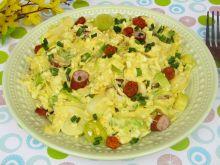 Sałatka z jajkiem, porem, kabanosem i miechunką