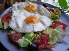 Sałatka z jajkiem sadzonym