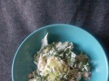 Sałatka z jarmużem kurczakiem i sosem tzatziki