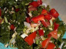 Sałatka z jarmużem, papryką, pomidorami