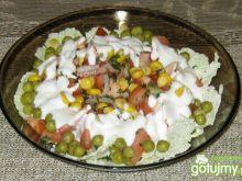 Sałatka z jogurtowo-majonezowym sosem