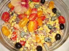 Sałatka z kabanosami, pomidorkami i fasolą