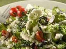 Salatka z kalafiora i brokulow z feta.