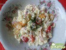 Sałatka z kalafiora, pomidorków i szynki
