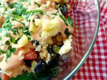 Sałatka z kalafiorem i czarnymi oliwkami