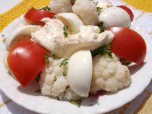 Sałatka z kalafiorem,pomidorami i jajkami
