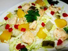 Sałatka z kapusta pekińską brzoskwinią i kurczaki