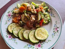Sałatka z kaszą, brokułem i cukinią