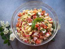 Sałatka z kaszą bulgur, mozzarellą i pomidorem