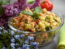 Sałatka z kaszą jaglaną, tuńczykiem i warzywami