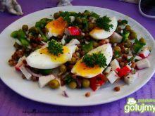 Sałatka z kaszy jajka i surimi